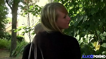 ماتيلد عاهرة ناضجة دفعت لممارسة الجنس في الغابة