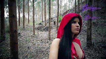Caperucita Roja Tatiana Morales se pierde en bosque y se la come el lobo halloween especial