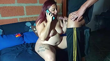 me la cojo en perrito mientras habla por teléfono con su esposo