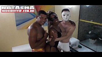 Bastidores da gravação do Jr doidera, estrelando Natasha Medeiros e Nikke casada. Muita orgia e muito sexo anal, dotados metendo a rola no cú da natasha e da Nikke casada.