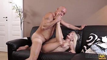 DADDY4K. Il vecchio papà grasso ha la possibilità di fare l'amore con la fidanzata dei figli Candee Licious