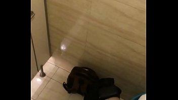 Quay lén thủ dâm trong toilet