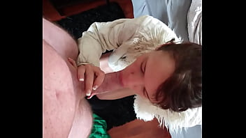 petite slut sulking cock and gets a facial