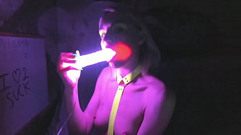 kelly copperfield deepthroats LED glowing dildo on webcam 11分钟