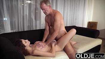 Teenager sucks old man cock spreads her legs and she gets hardcore fucked Vorschaubild
