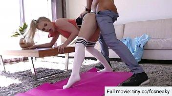 Il patrigno aiuta a esercitare inserendo il cazzo nella figa delle ragazze صورة