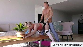 Il patrigno aiuta a esercitare inserendo il cazzo nella figa delle ragazze