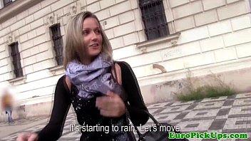 Euro girlnextdoor devours cock outdoors 8分钟