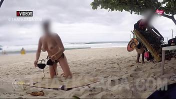 Casada gostosa se exibindo pro vendedor na praia 34秒