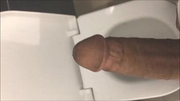 mostrando o pau no banheiro publico do shopping