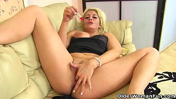 English milf Kelly Cummins slides lipstick up her fanny