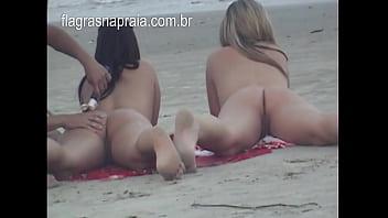 Fazendo Massagem Na Buceta Da Namorada Pelada Na Praia