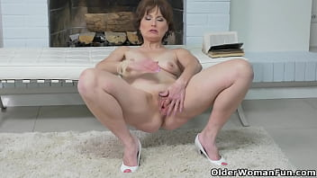 Mature milf Kathy dildos her craving pussy
