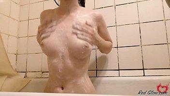 性感宝贝激情戏猫和洗涤在淋浴