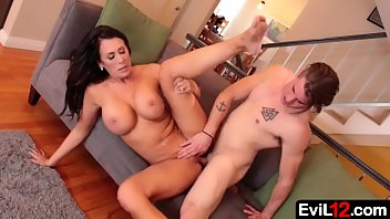 Frustrated stepmom MILF with big tits seduces young stepson 6分钟