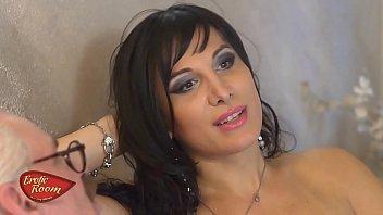 Erotik Konuk Odası Alessia Bergamo arkadaşının annesini sikiyor