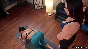 Busty lesbian Milf takes anal strap on 5分钟