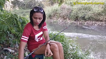 Upskirt of sexy Indonesian woman while she's fishing 12分钟