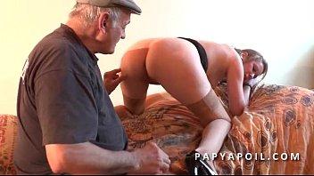 Film amateur baise gratuit Papy baise une jeune pute avec un pote qui la sodomise profondement