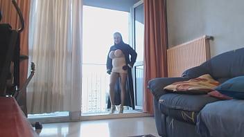 hijab et mini jupe sur le balcon