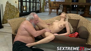 Young pussy fucked by old dude with gray hair and beard 6分钟