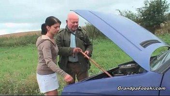 لقد كسر سيارته ومارس الجنس معها بشدة كما يحلو له