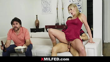 Rachael Cavalli Dump her son Beside Distracted Dad | XMILFED.com 8分钟