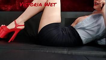 Polka Victoria Wet prowadzi sprośne rozmowy przez telefon