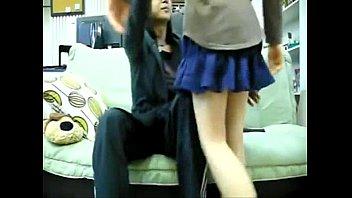ロリ系のかわいい女の子が四つん這いでおっさんの激しいピストンにメス顔の校生系動画