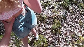 女孩吸吮家伙陌生人,不得不肛交,直到中出的森林