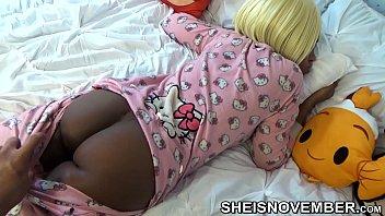 慢动作视频,我的姐姐穿着粉红色的睡衣睡觉。 女孩有一个棕色驴子和猫。 女孩被自慰他的大阴茎的变态步兄弟拉下来