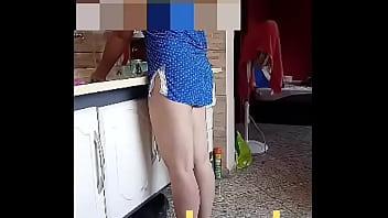 Esposa lavando louça