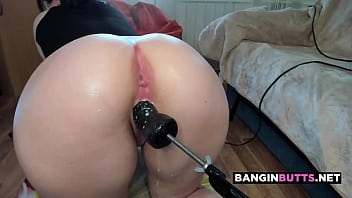 PHAT ASS camgirl loses control and SQUIRTS all over fuck machine 6 min