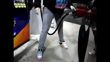 ガソリンスタンドで給油中におしっこが我慢できなくておもらしする女性