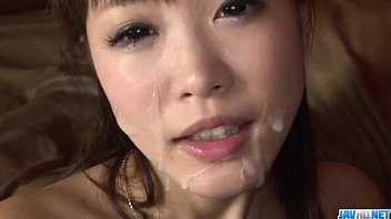 Momoka Rin ยั่วเย็ดเอาดิลโด้แหย่หีแล้วโดนชักแตกใส่หน้า