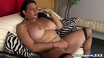 Curvy transsexual playing with her dick 6分钟