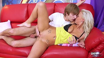 Blonde Nathaly Cherie fuck young dude on the sofa Vorschaubild