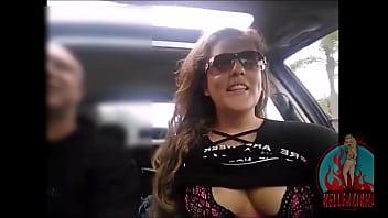 Gostosa casada se exibindo no carro para centenas de fãs, tetas a mostra sem esconder o rosto - completo no RED