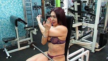 Milf lourdes Workout hot de la escultural diosa milf en hilo dental