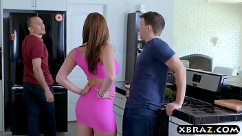 Wife cheats on husband with his friend in the kitchen 6分钟