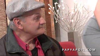 Papy se tape une grosse salope dans la salle d attente chez le doc preview image