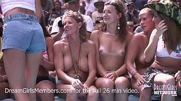 Exhibitionist Milf Wet T-shirt Contest At A Nudist Resort 10分钟