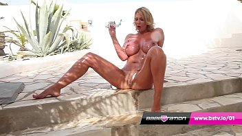 Hot UK MILF Leigh Darby oils up and plays with her pussy 12分钟