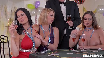 Milfs Cathy Heaven & Leigh Darby & Jasmine Jae Cum During New Year's Orgy 40分钟