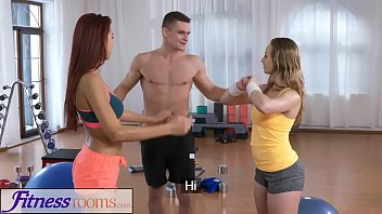 Fitness Rooms Naughty y. cock hungry threesome with gym hunk 14分钟