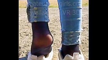 女孩滑出她汗臭的丝拉运动鞋,炫耀她的汗水尼龙