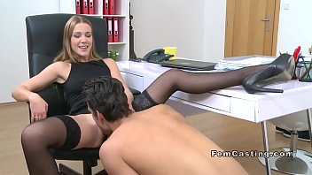 Female agent in stockings gets oral 7分钟