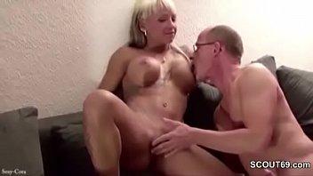 Sexy cora fellatio Vater fickt die freundin seiner tochter als beide alleine