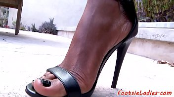 Foot loving babe wanks cock with her feet 6 min