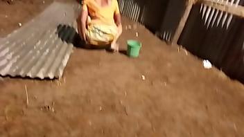 desi indian women pissing outside in open voyeur 50秒